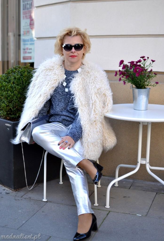 Białe futerko i srebrne spodnie
