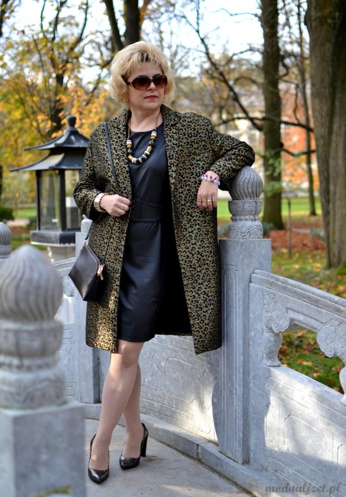 Czarna skórzana sukienka i płaszcz w cętki