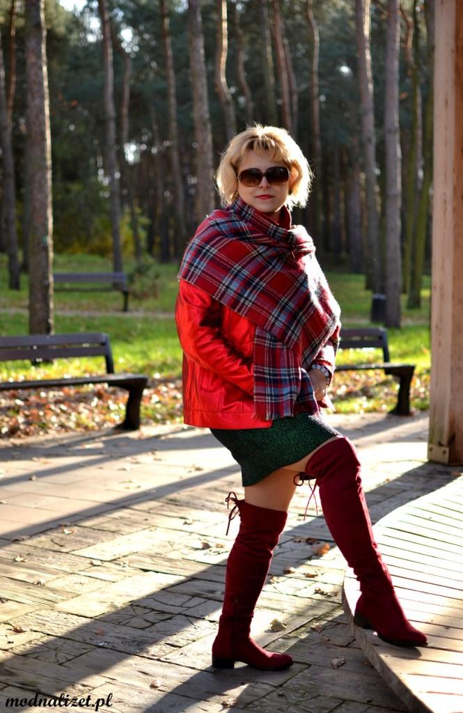 Modna Lizet w stylizacji czerwono-zielonej