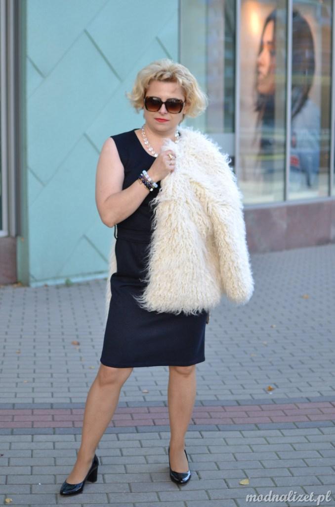 Elegancja i klasyka granatowa sukienka