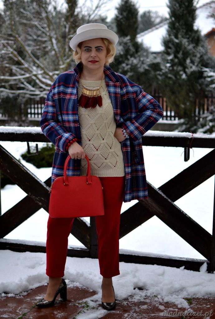 Modna Lizet z czerwona torebką