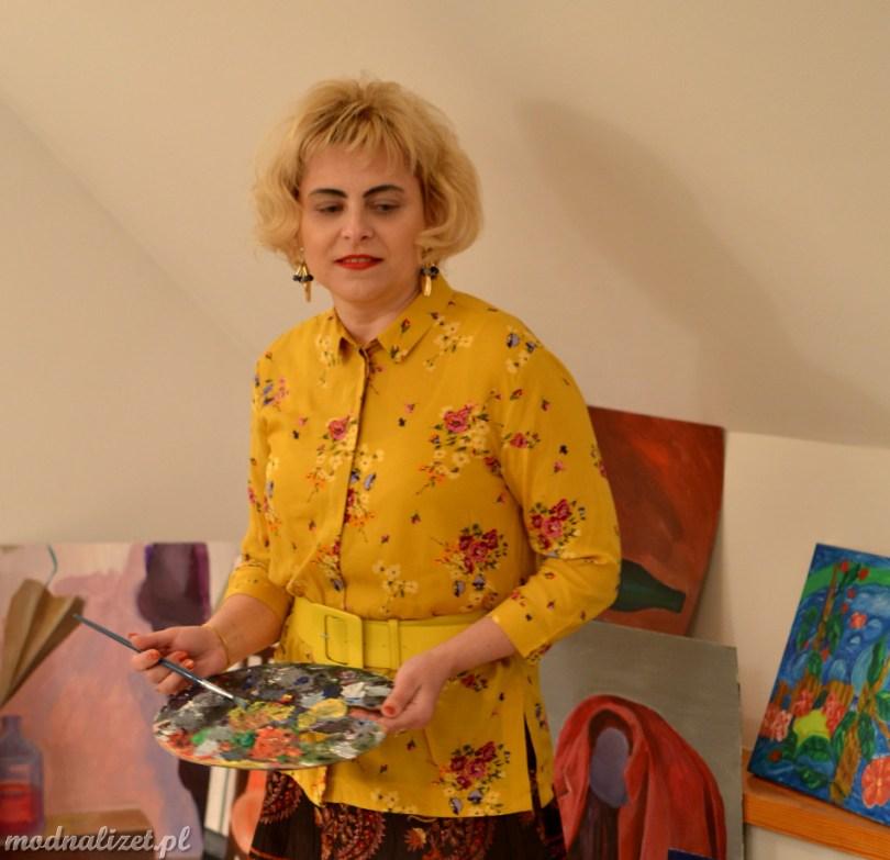 Żółta koszula i brązowa spódnica
