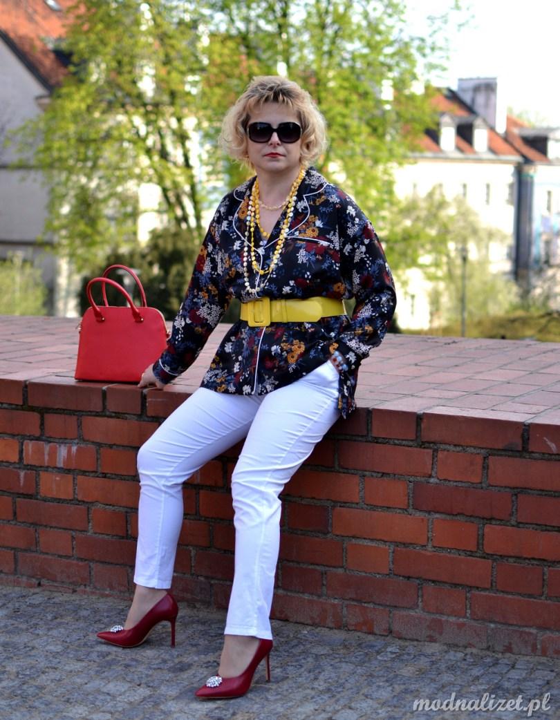 Czerwone szpilki i białe spodnie