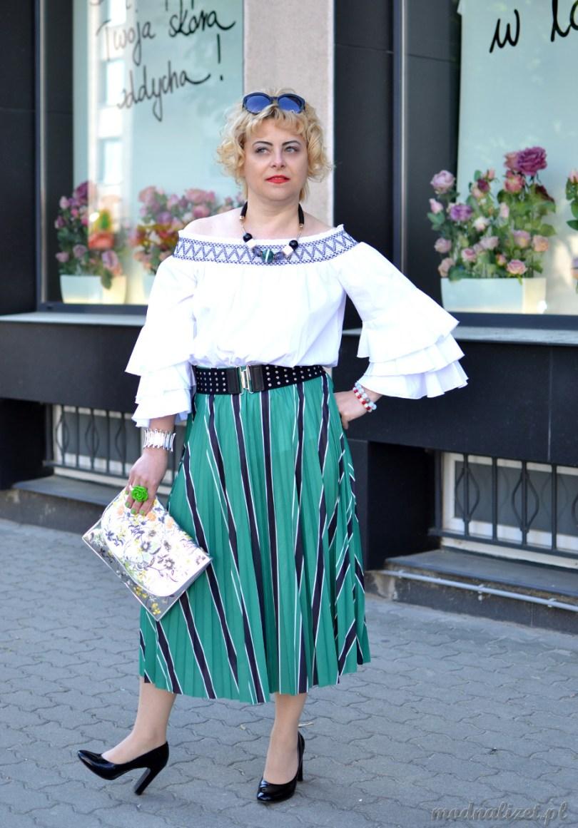 Biała bluzka i zielona spódniczka w paski czarne