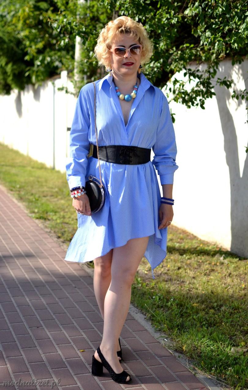 Modna błękitna sukienka