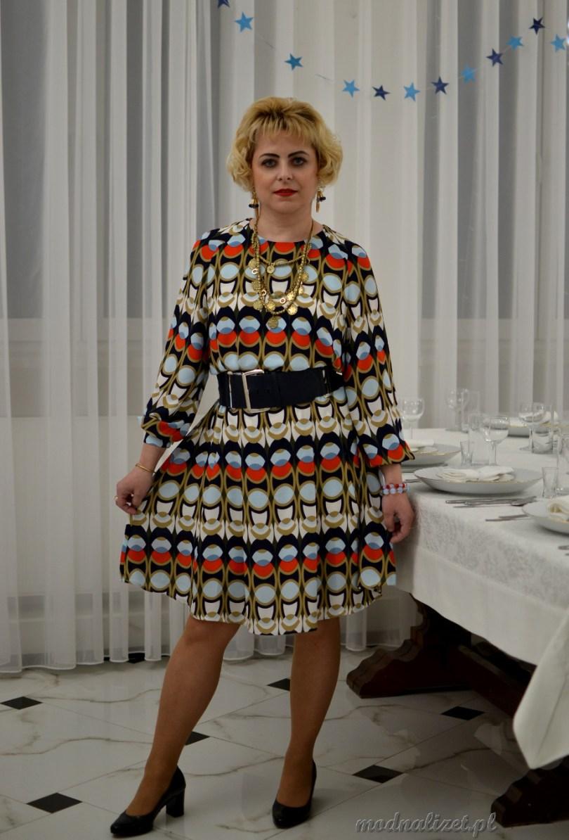 Kolorowe wzory na sukience
