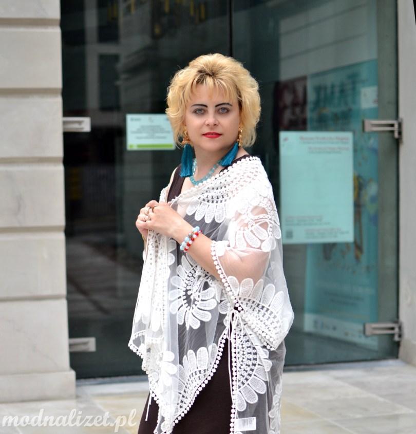 Biały koronkowy szal i sukienka brązowa