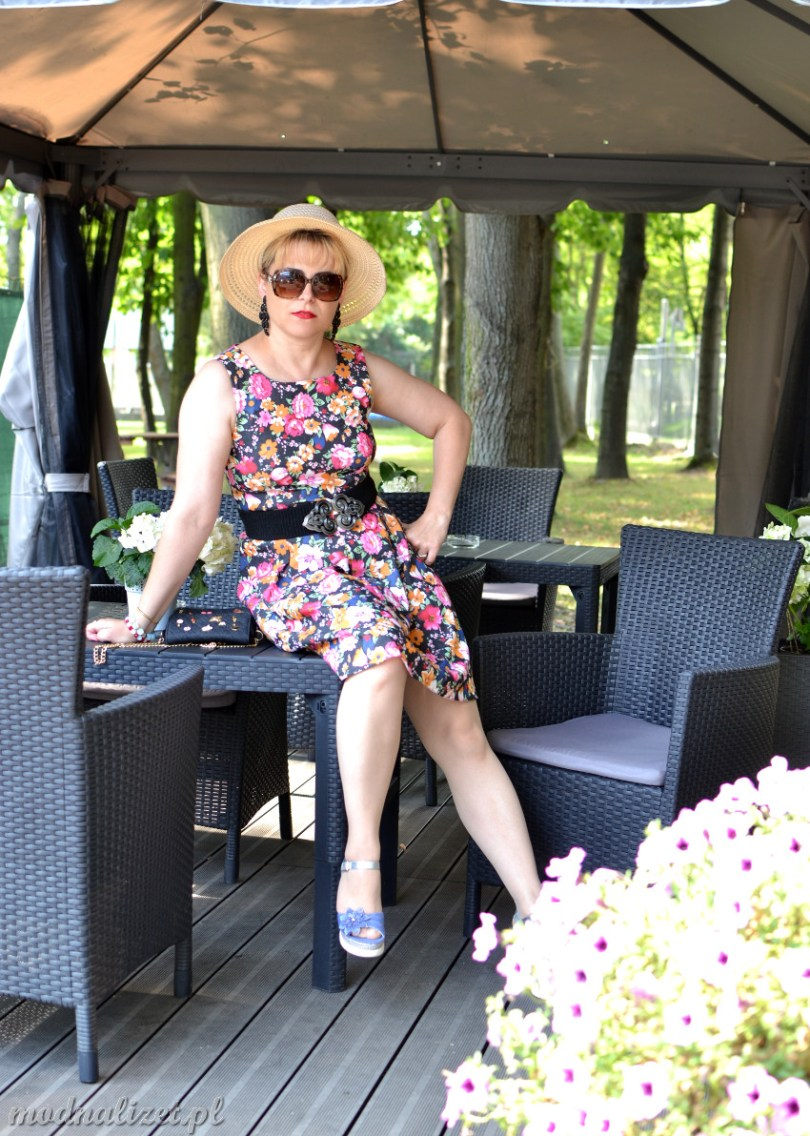 Modna Lizet w sukience w kwiaty
