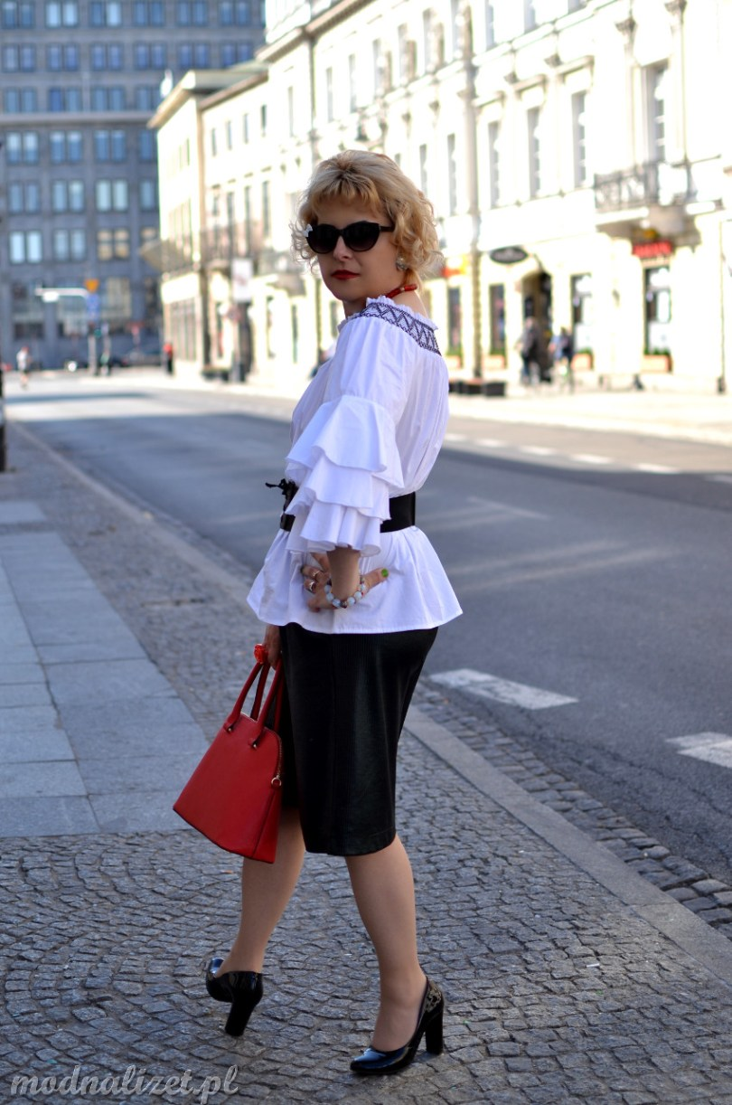 Białą bluzka i czarne spodnie
