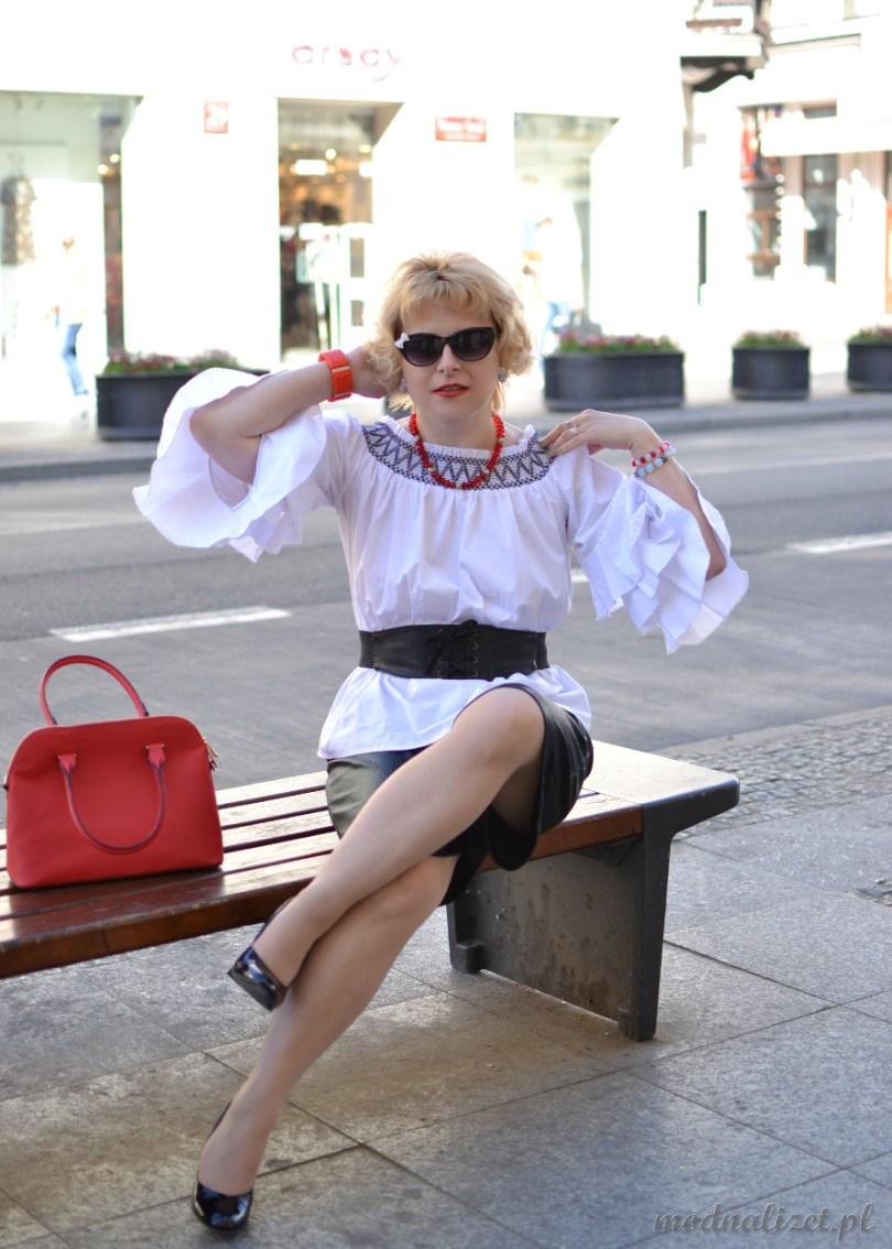 Biała hiszpanka i czarne spodnie