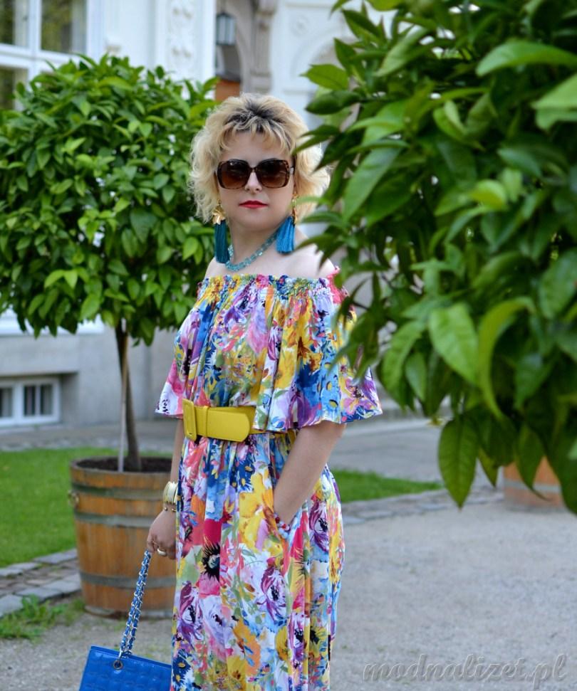 Modna Lizet w sukience kolorowej