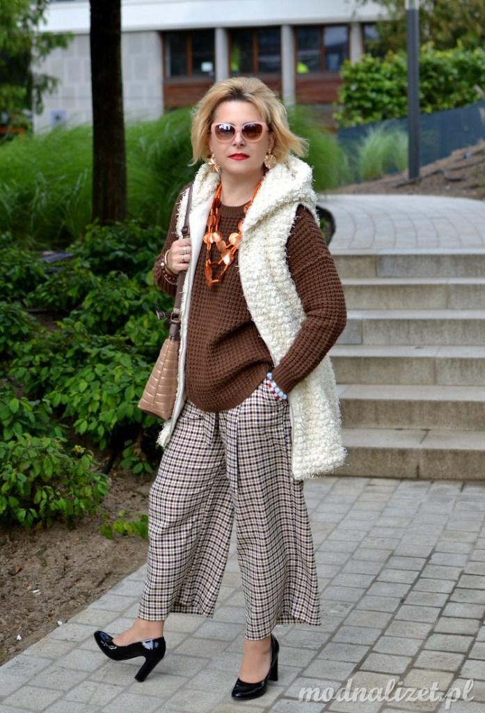 Szerokie spodnie i czekoladowy sweter