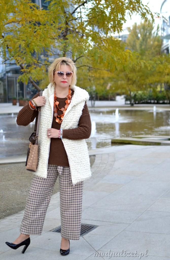 Spodnie w kratkę i sweter brązowy