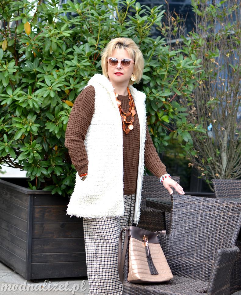 Spodnie w kratkę i czekoladowy sweter