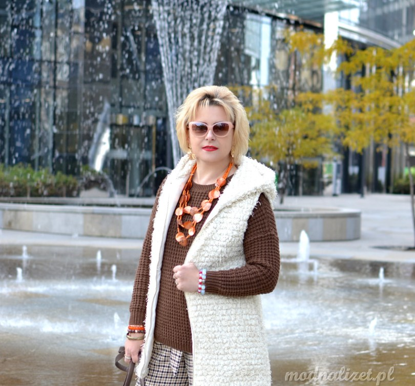 Modne spodnie w kratkę i czekoladowy sweter