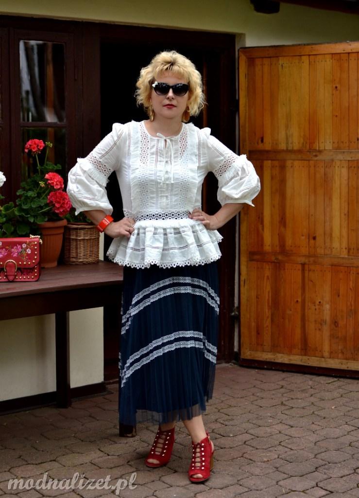 Plisowana spódnica i bluzka z koronkami
