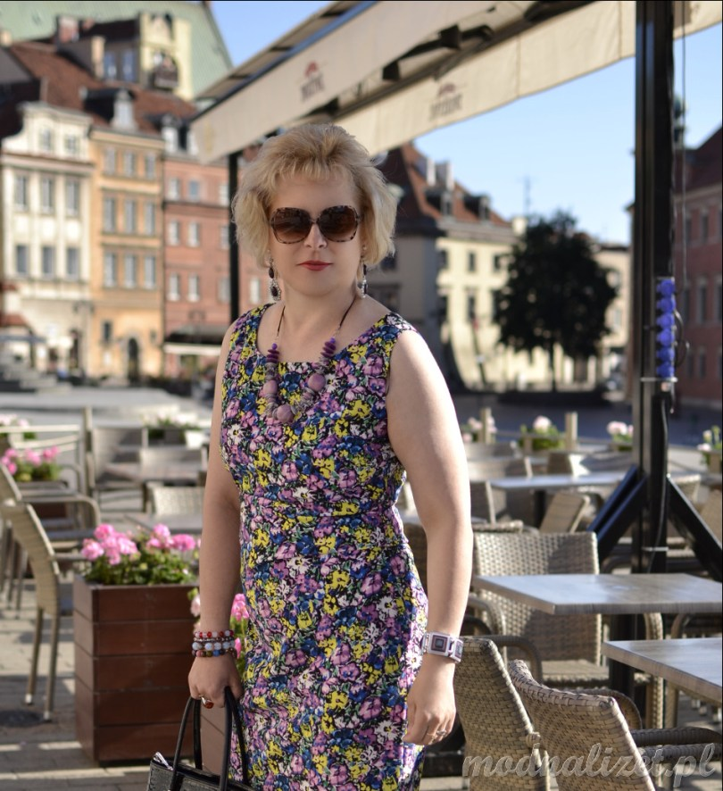 Kobieca i zmysłowa sukienka w kwiaty
