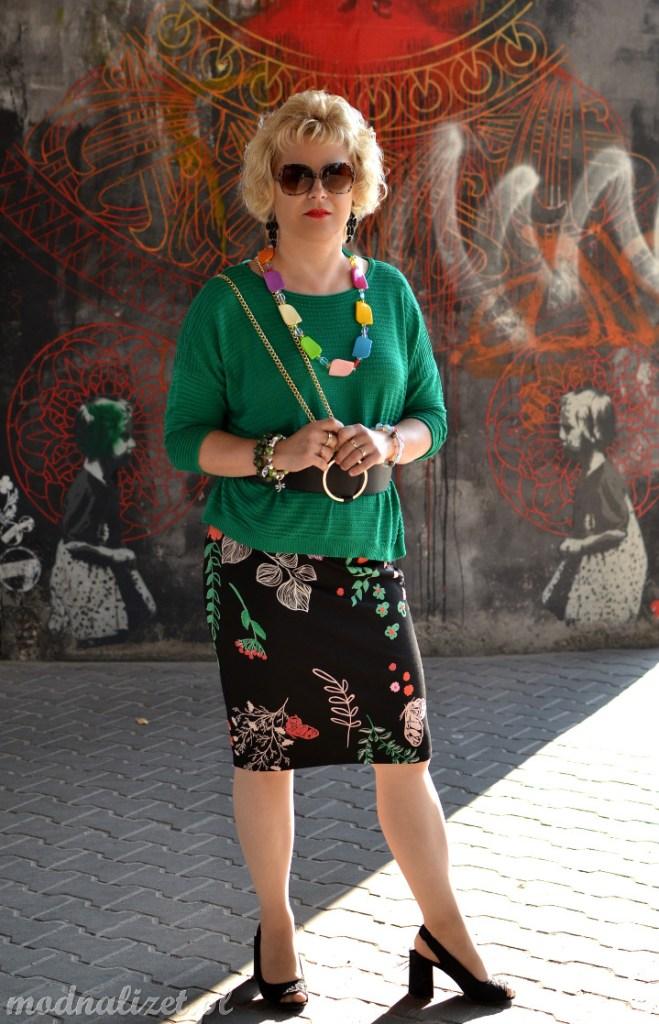 Zielona bluzka i modne murale