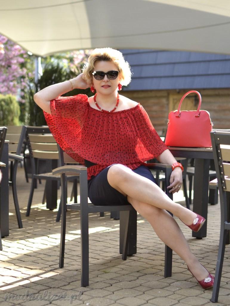 Granatowa spódniczka i czerwona plisowana bluzka
