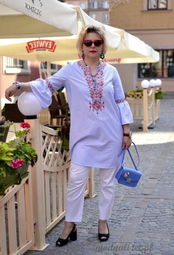 Białe spodnie i tunika w paseczki