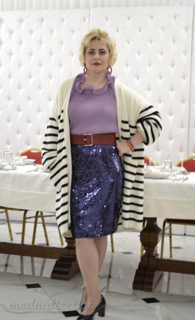 Plisowana bluzka i cekinowa spódnica