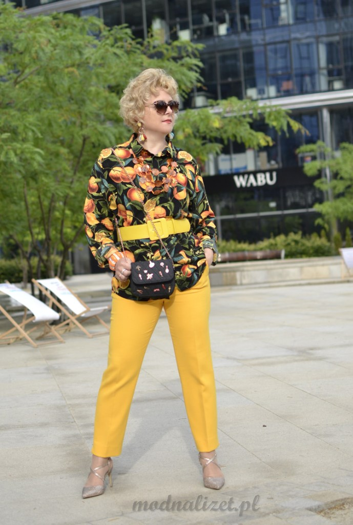 Koszula i zółte spodnie