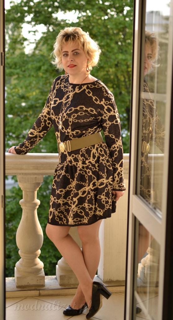 Sukienka w złote łańcuchy