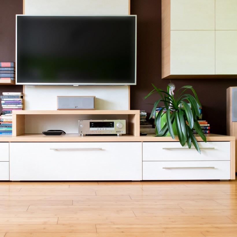 Bijela komoda za televizor u dnevnom boravku koja je rađena po mjeri