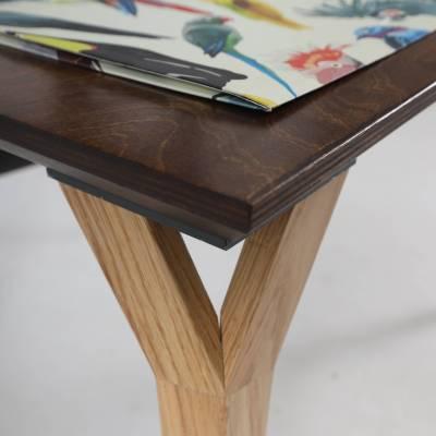 Detalj spoja noge i površine Conform Desk radnog stola