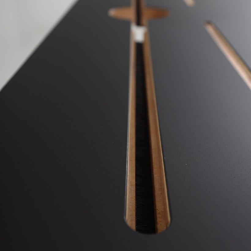 Površina crnog radnog stola Conform Desk s kanalom za kabliranje