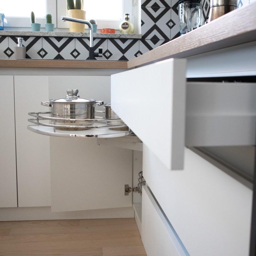 Izvlačna polica za odlaganje zdjela u kuhinji