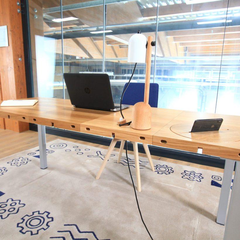 Modular modularni stol kao dio uredskog, radnog okruženja