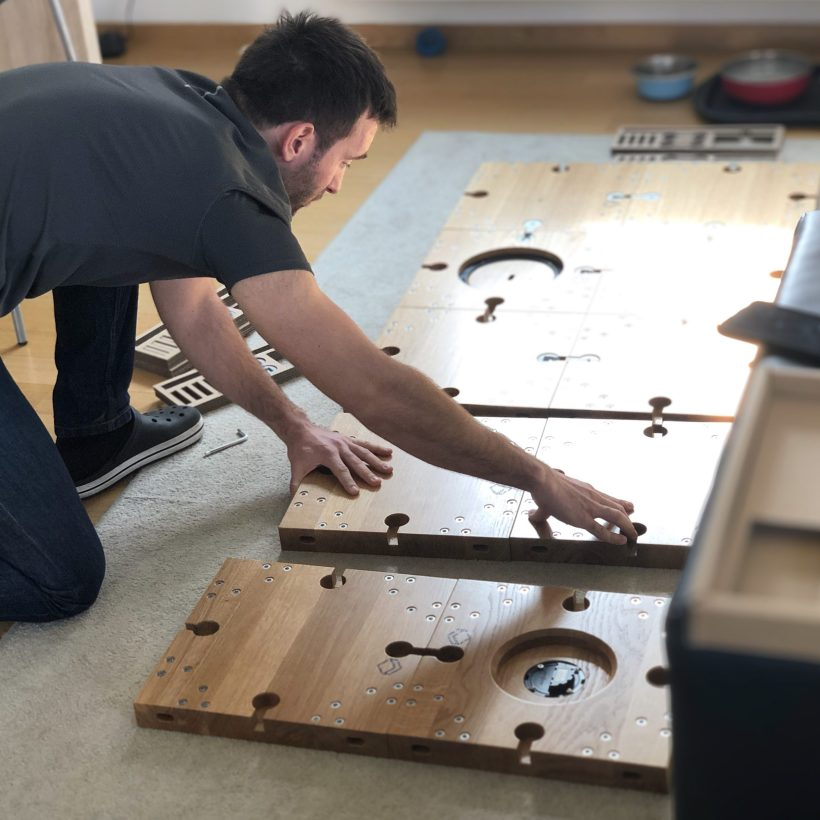Kupac modularnog stola Modular sastavlja svoj radni stol