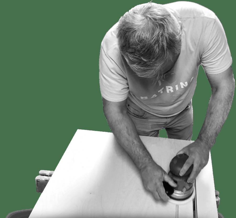 Stolar izrađuje radni stol po mjeri