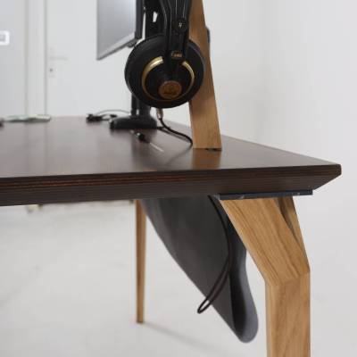 Pogled na bok radnog stola Conform Desk i rješenje za kabliranje