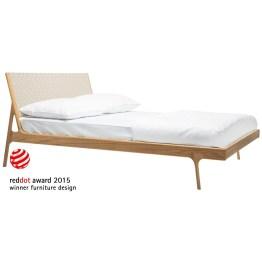Auf leichten Füßen kommt dieses Bett daher – als Gegenentwurf zu den klobigen und sperrigen Bettenmodellen. Organische Formen in purem Eichenholz bringen Leichtigkeit