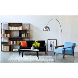 Von Retro-Design können Sie gar nicht genug bekommen? Die Hintergründe zu Wohnzimmer-Set Elwi verraten wir Ihnen schon hier: Die 50er Jahre stehen für kompromisslosen Stil. Mit fester Polsterung und Armlehnen in gebogenem Walnussholz richten sich auch die modernen Möbel Sofa und Sessel Dowel des Designers Sean Dix danach. Für Schwung sorgt Bogenleuchte Arcata im Stil der 60-70er Jahre mit Kugelkopf aus glänzendem Edelstahl. Sie beleuchtet Couchtisch Ryan