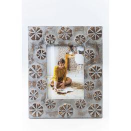 Der Bilderrahmen erhält seinen besonderen Reiz durch die handgeschnitzten floralen Ornamente und der natürlichen Holz-Optik. Er passt ideal zum Landhausstil oder als Stilbruch in moderne Interiors. Material: Mangoholz.