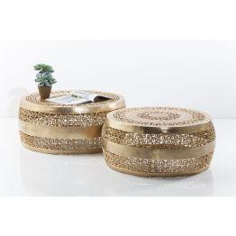 Cochtisch: Golden Glamour Set aus zwei edlen Couchtischen mit feinen Details und orientalisch-geometrischen Cut outs. Oberfläche leicht strukturiert. Material: Aluminium vermessingt Goldfarbig. Durchmesser: 63 cm und 79 cm.