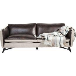 Sofa: Relax in Style Extra bequemes Sofa das durch seine moderne Formensprache und lässige Gestaltung besticht. Seinen besonderen Reiz erhält es durch die Kombination aus braunem Rindsleder und markantem