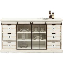 Das nostalgisch anmutende Sideboard House of Cards ist die ideale Ergänzung für Küchen im Landhaus-Stil. In nummerierten Schubladen und Vitrinenfächern finden Geschirr