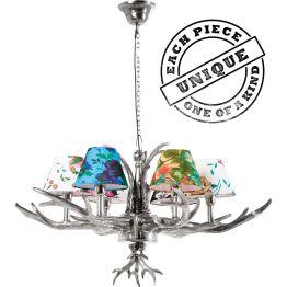 """Lampe: Kultige Hirschgeweihlampe mit floralem Topping Alpenchic meets Design. So lässt sich diese ungewöhnliche Deckenlampe am besten kurz und knackig beschreiben. Aber es steckt doch mehr dahinter. Zumindest blickt der Betrachter fasziniert auf dieses extravagante Designobjekt und denkt """"Wow"""