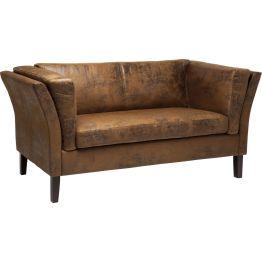 Sofa: Charmanter 2-Sitzer im Vintage Look Ein klassischer Formenschatz und der Bezug in edler Leder-Optik zeichnen dieses elegante Sofa aus. Die Oberflächengestaltung des Bezugs verleiht dem Sofa eine charmante Vintage Note