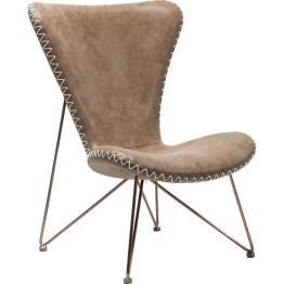 Sessel: Retro und Moderne in der Serie Miami Der starke Auftritt der warmen Leder-Optik wird durch die rustikalen Kordeln als Seitennähte verstärkt. Schlanke Stuhlbeine unterstützen den Einklang von soliden und filigranen Stilelementen. Wie eine komfortable Schale schmiegt sich der Sessel aus der Serie Miami an den Körper des Nutzers. Ein zart anmutendes Metallgestell mit Kupferbeschichtung dient Sitzfläche und Rückenlehne als stabile Stütze. Beides ist in einem Stück gearbeitet und läuft im