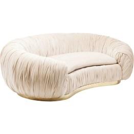 Sofa? Statement! Elegantes Samtsofa im Stil der 20er Jahre. Die organische Silhouette und die aufwendige