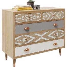 Die schlichten Formen des skaninavischen Wohndesigns verschmelzen bei dieser Möbelserie mit dezenten Ethnoelementen. Weiße und taubengraue Fronten