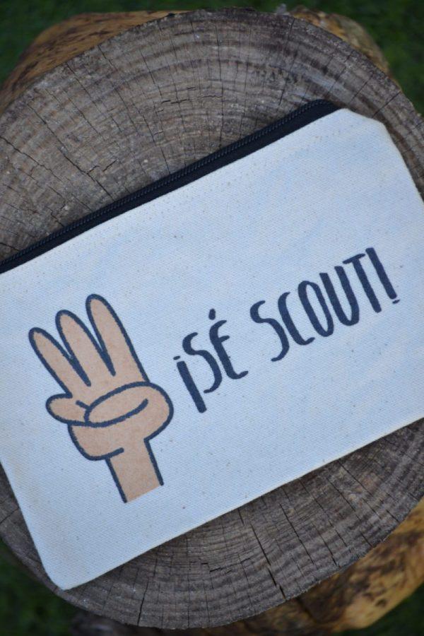 Estuche serigrafiado con el saludo scout y la frase: Sé scout. Foto 2