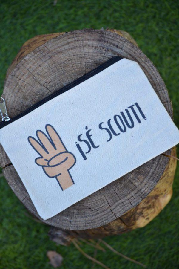 Estuche serigrafiado con el saludo scout y la frase: Sé scout