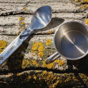 cubiertos de acero inoxidable junto al poto