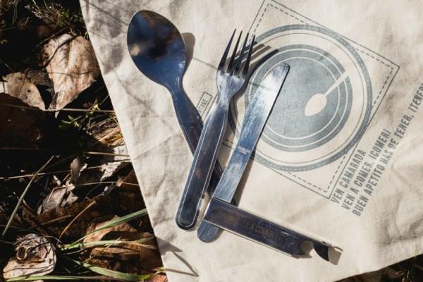 cubiertos scouts. Se ven por separado el tenedor, la cuchara, el cuchillo y el cajetín abrelatas